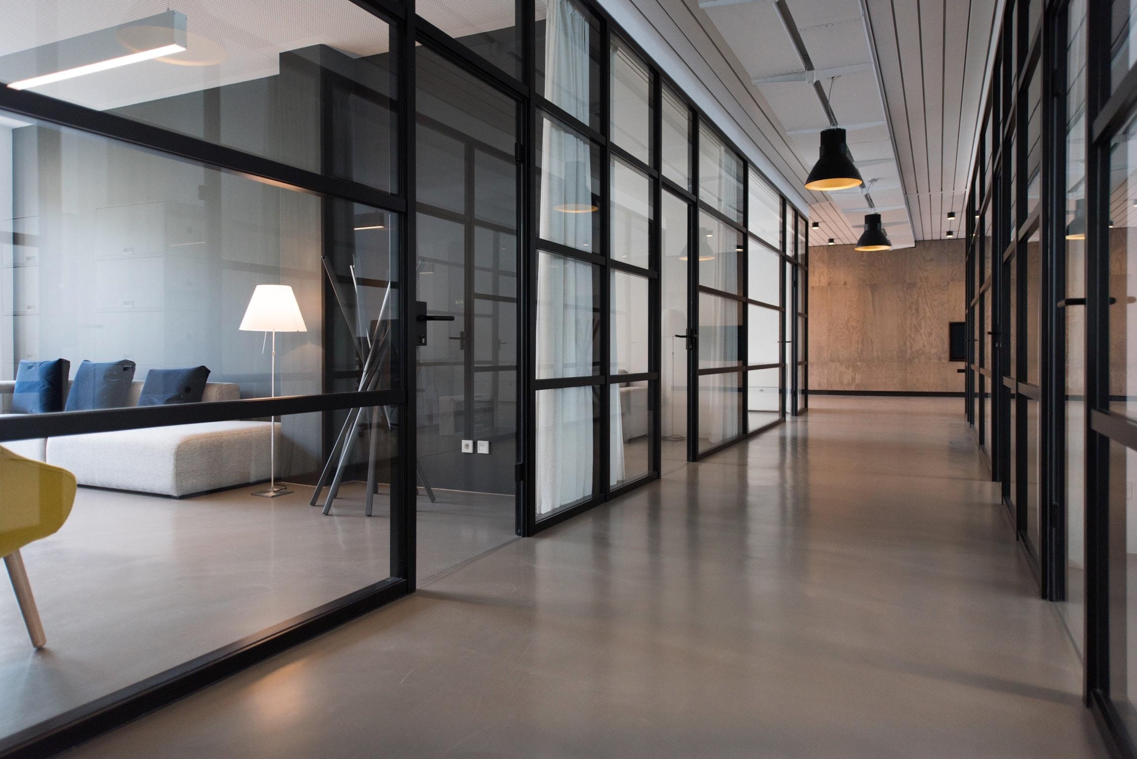 Installation af nyt lys i butik eller kontor